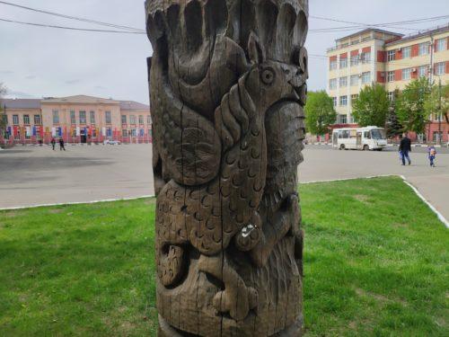Деревянная скульптура в Клинцах «Столб сказочных существ»
