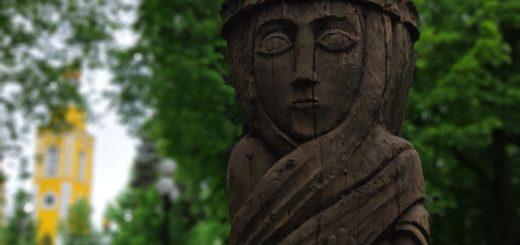Деревянная Скульптура рядом с храмом