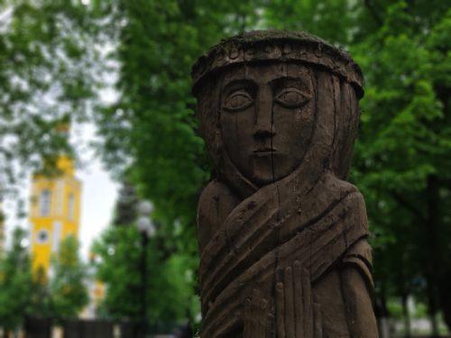 Деревянная скульптура в Клинцах «Дева»