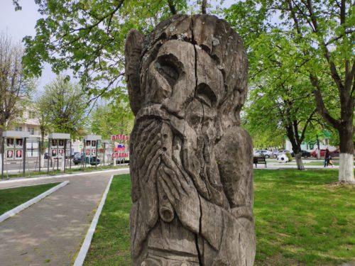 Деревянная скульптура в Клинцах «Пастух»