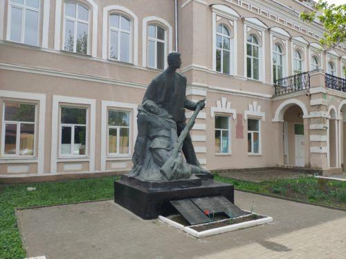 Памятник преподавателям и учащимся Клинцовского текстильного техникума, погибшим на фронтах Великой Отечественной войны