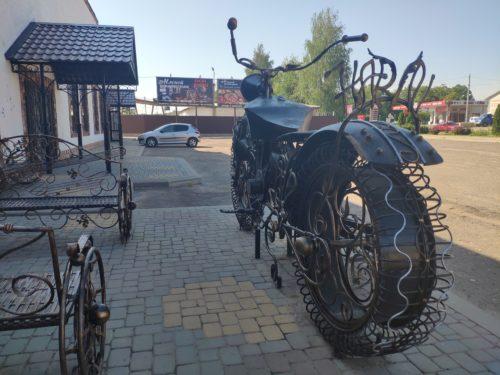 Скульптура из металла в виде мотоцикла