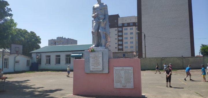 Клинцы 4 школа памятник
