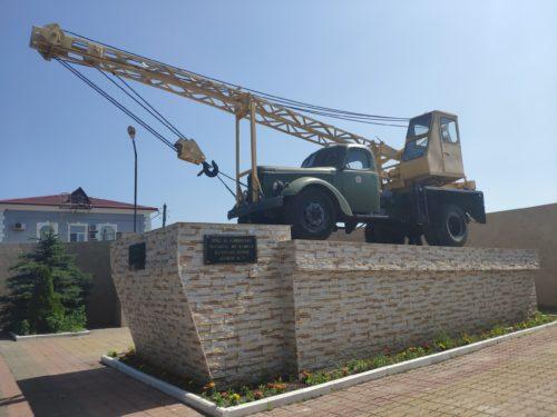 Памятник первому автокрану АК — 75