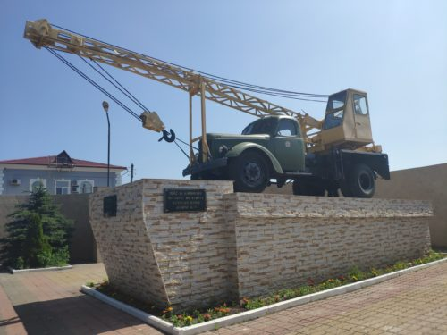 Памятник первому автокрану АК — 75. Клинцы.