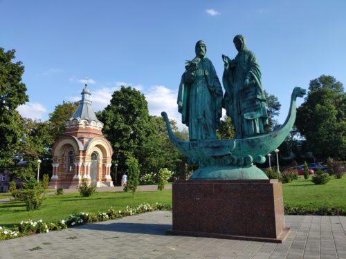 Памятник Петру и Февронии. Сураж