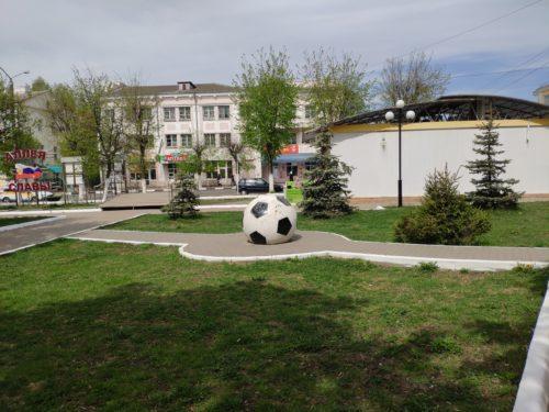 Футбольный мяч-Евро 2012 Клинцы памятник