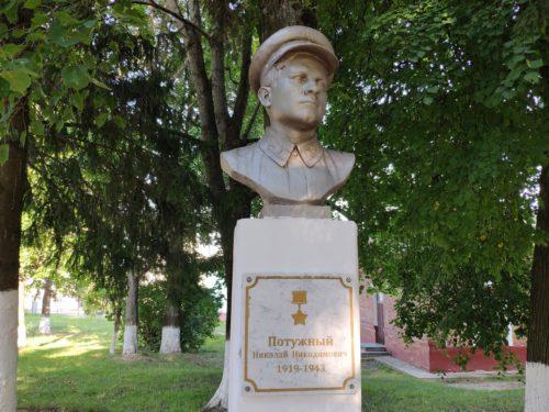 Бюст героя советского союза Сураж