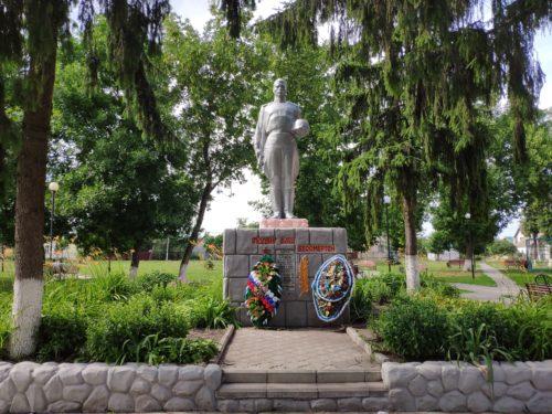 Братская могила. Мемориал бойцам партизанской бригады имени Чапаева.