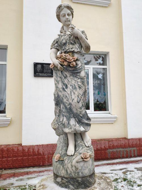 скульптура дева с розами Почеп