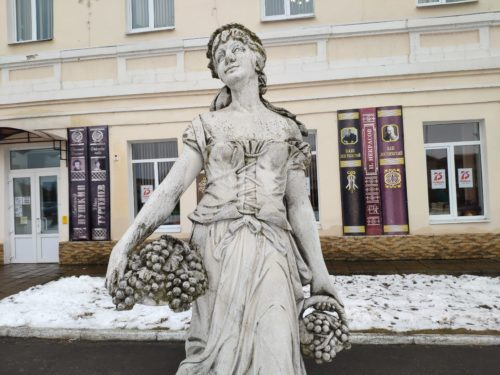 Скульптура «Девушка с Виноградом». Почеп.