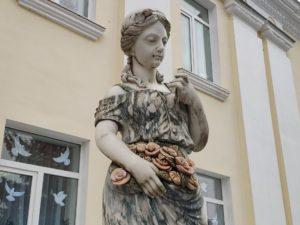 девушка с розами скульптура в Почепе