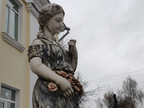 скульптура дева с розами