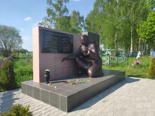 Мемориал погибшим в бою 1941 года . Братская Могила. Малая Топаль.
