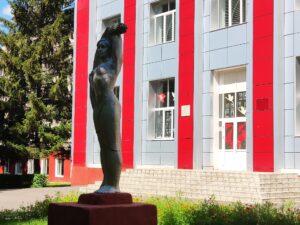 Советские Скульптуры у Новозыбковского Сельскохозяйственного Техникума