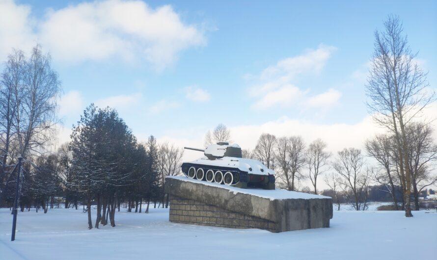 Памятник Героям-Танкистам. Танк Т-34-85 на постаменте. Сураж.