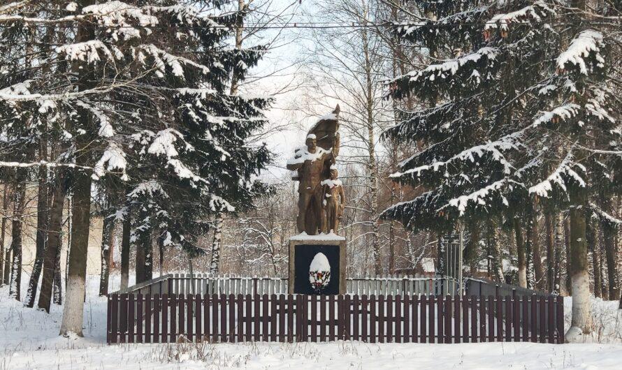 Братская могила 19 советских воинов. Новый Дроков.
