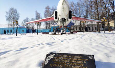 Самолет Новозыбков памятник