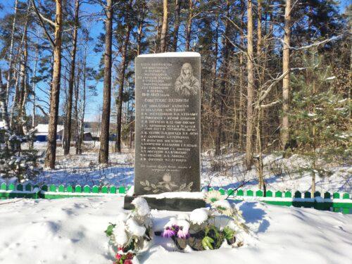 Здесь захоронены военнопленные и патриоты-подпольщики из городов Клинцы и Стародуба, расстрелянные гестаповцами в период 1941 - 1943 годов.
