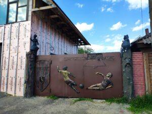 Арт достопримечательность ворота частного дома