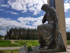 Мемориал ВОВ Скорбящая Макть в поселке городского типа Вышков