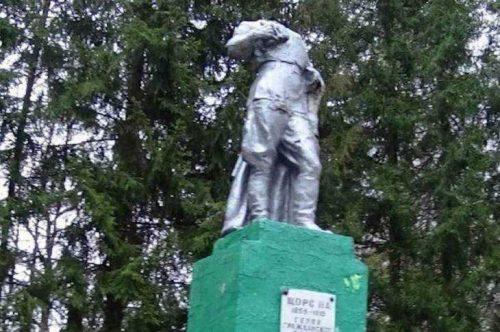 старый памятник Щорсу Злынка парк