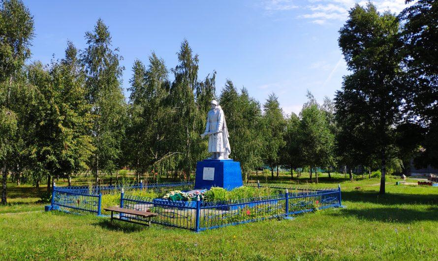 Братская могила 5 советских воинов. Мемориал «Скорбящий солдат». Воронок.
