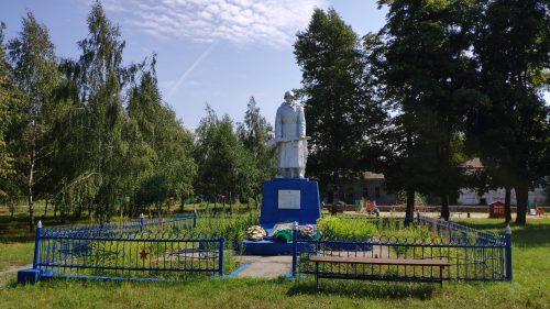 Скорбящий солдат мемориал Воронок
